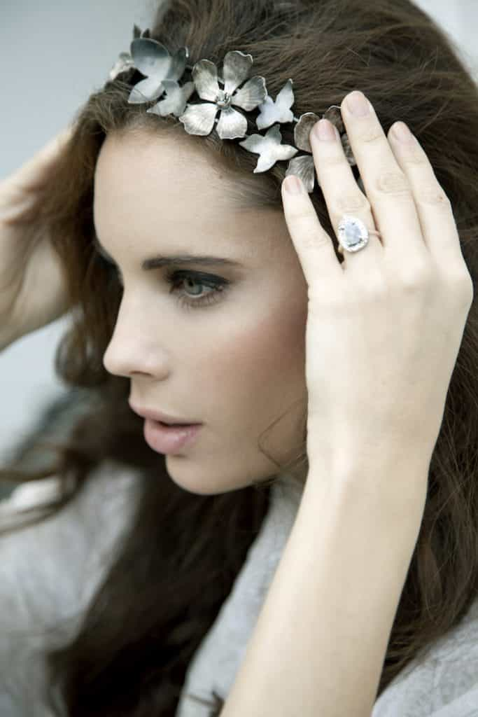 Modelo con anillo de brillante y diadema de Lia Terni