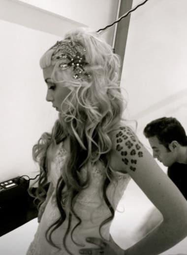 Modelo con pelo deshecho, look rockero, tatuaje y tocados joya Monic
