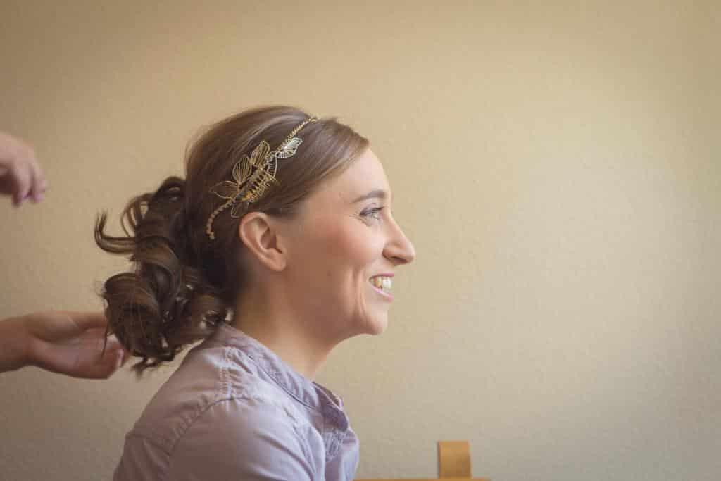 Peinado de novia para lucir la tiara Monic Olivia de metal