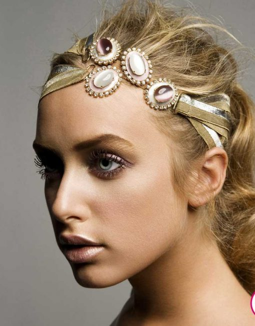 Retrato de modelo con accesorio dorado en su cabeza
