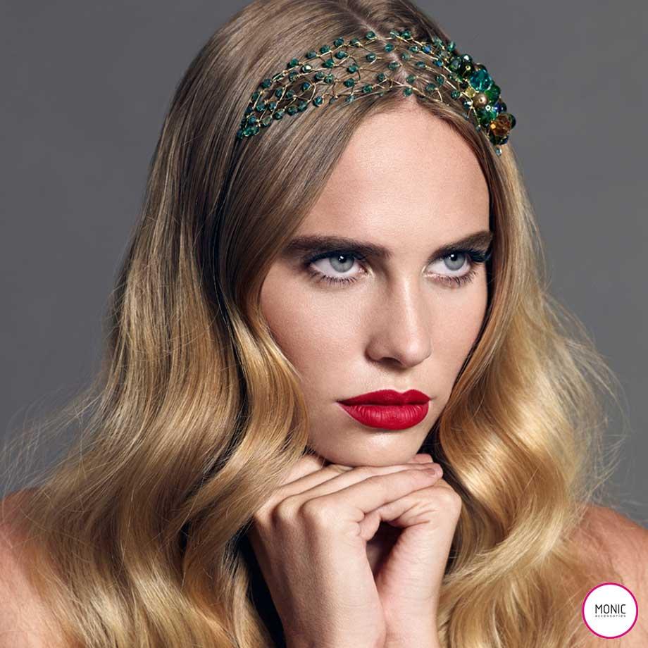 Retrato de modelo con tocado de fiesta en cristales verdes a modo de bandó