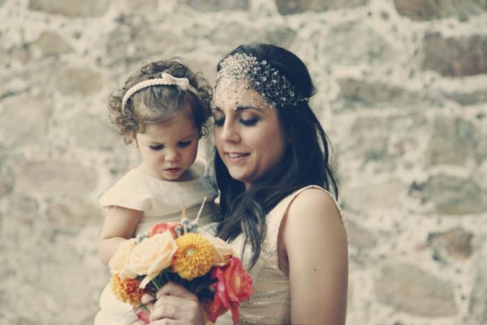 Tocado joya Monic en una novia con su damita