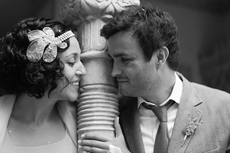 Mirada cómplice de una pareja en su boda. Novia con tocado de fiesta Monic