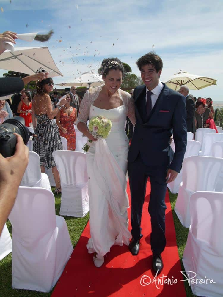 Novios recien casados paseando por la alfombra roja