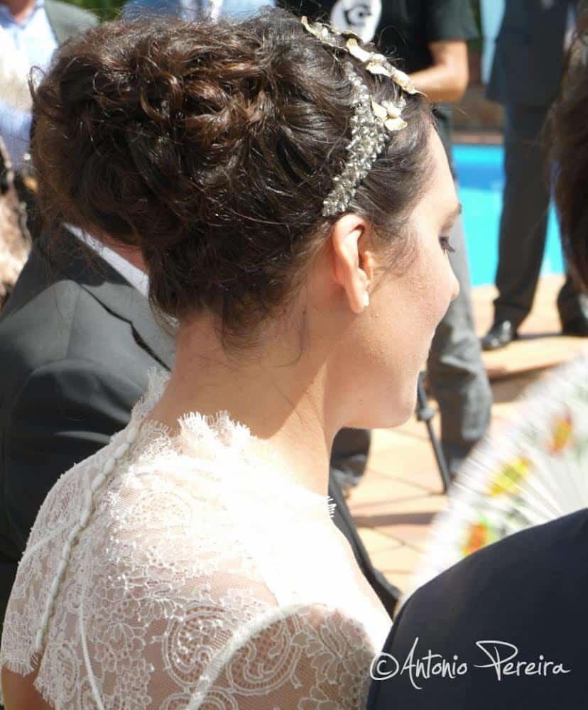 Perfil luciendo tocado de novia Monic - Lia Terni