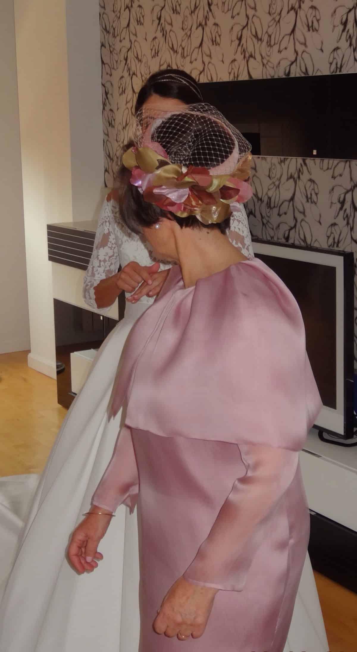 Madre de la novia con vestido rosa y tocado de boda pillbox