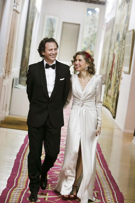 Vestidos de noche Monic: Pareja caminando él con smoking, ella con vestido de noche