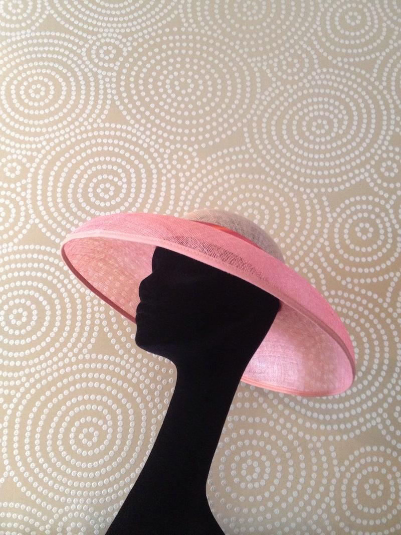 Pamela de ala rosa y copa color hueso en cabeza de exibición. Sombreros y Pamelas Monic