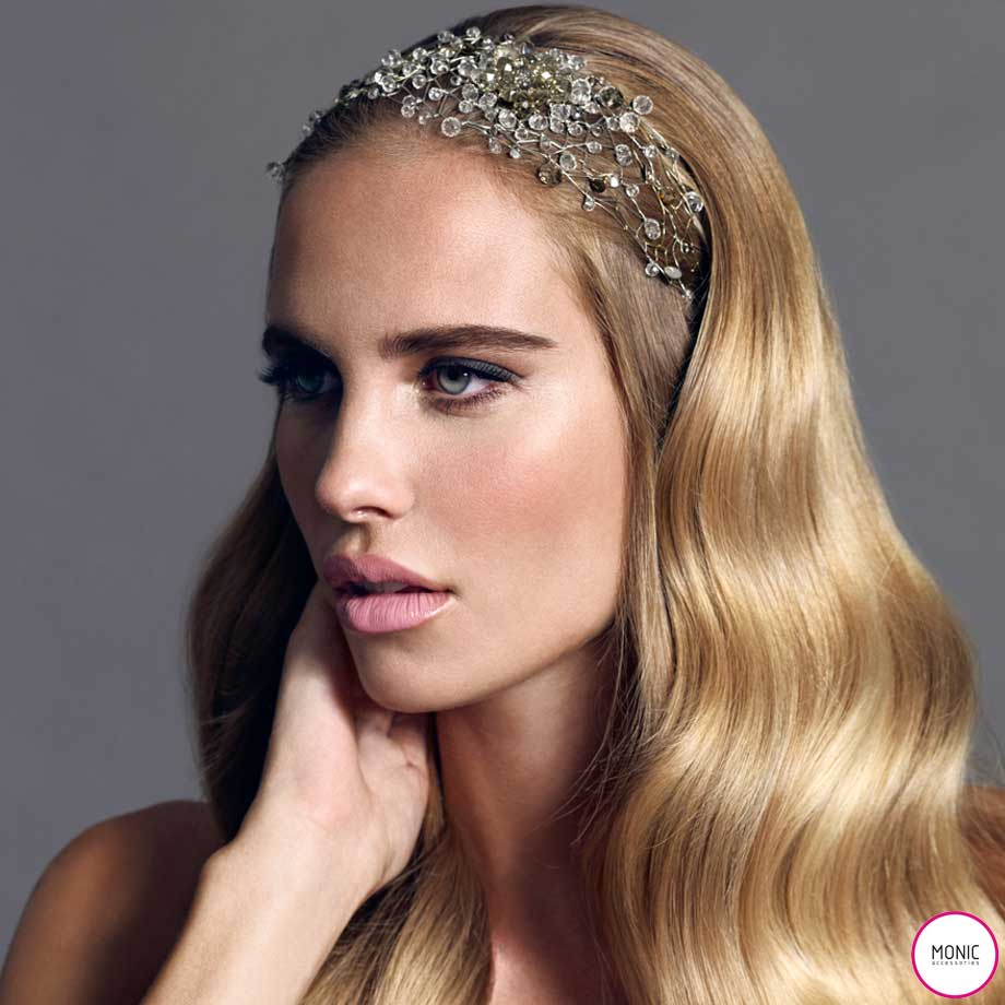 Retrato de modelo rubia luciendo tocado joya Monic de cristal