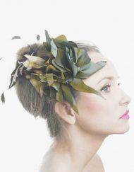 invitada de fiesta con flores y plumas