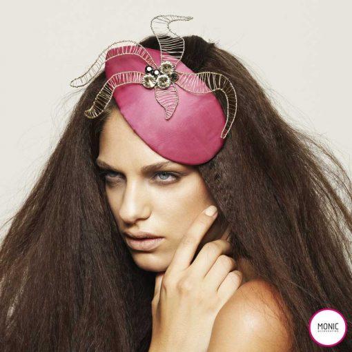 invitada con pelo suelto y tocado rosa