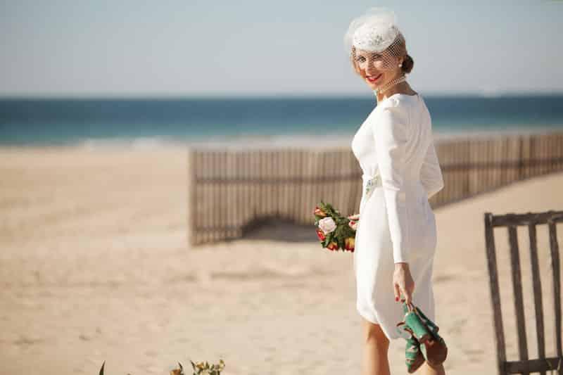 Vestido Monic cocktail en crep y seda blanco. Fotografía de novia en la playa