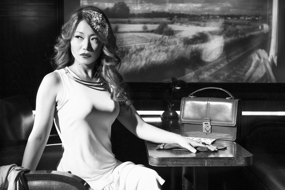 La presentadora Usun Yoon con Tocados Joya y estética de los años 50 posa bellísima
