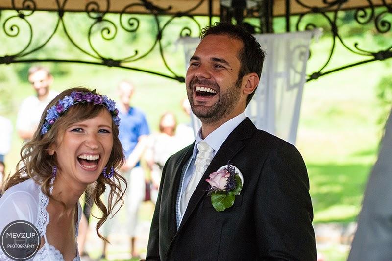Novias felices riendo tras la boda