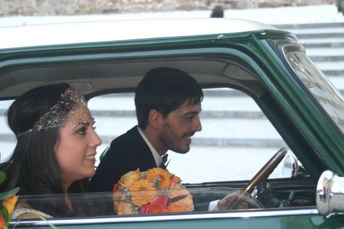 Novias saliendo en coche: novia con tocado cristal