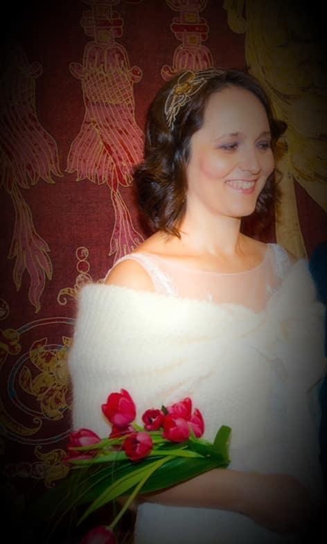 Tocado Joya Monic para novia. Novia radiante con su ramo.