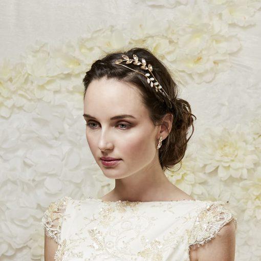 Tocados de Novia . Tocados Joya Diadema tiara hojas doradas metal cristal- recogido de boda Monic