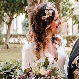 tocado de novia con flores para pelo suelto