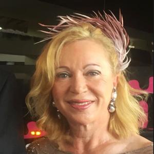 madrina con tocado diadema de plumas color nude