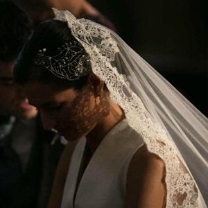 novia con tocado para velo largo en blonda de encaje chantilli