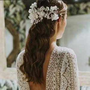 tocado de novia con pelo largo suelto y flores