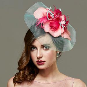 tocado pamela con flores de plumas fuxias y rosas para boda