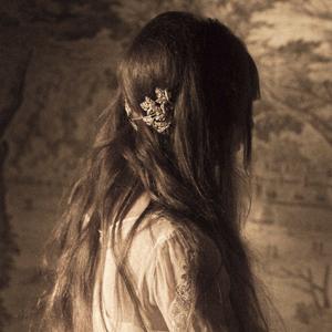 novia con pelo suelto negro y tocado plata