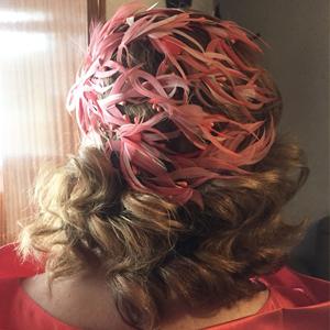 madre de novia con tocado de plumas en casquete