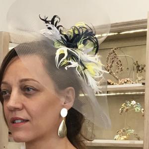 tocados de rafia y plumas para boda