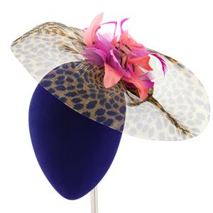 tocado de plumas para invitada de boda en animal print fuxia