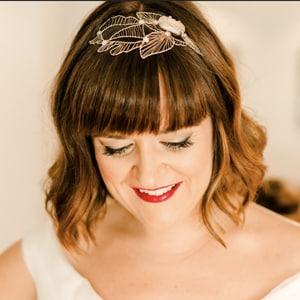 tocado de novia para pelo suelto y melena corta con flequillo