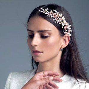 novia con tocado de flores de porcelana fría y cerámica en Madrid