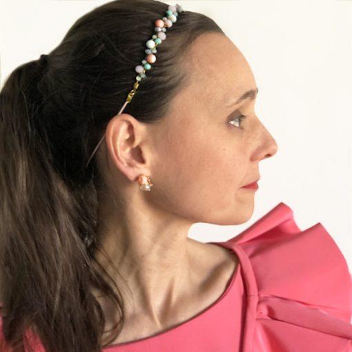 diadema accesorio pelo invitadas boda con coleta y tocado de piedras y pendientes