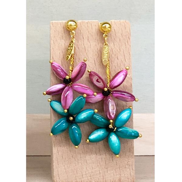 pendientes largos dorados de invitadas boda con flores verde esmeralda y rosa buganvilla
