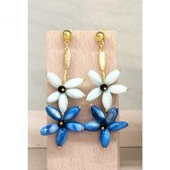 pendientes invitadas boda dorados con flores azules y verdeagua largos