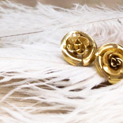 pendientes dorados cortos de invitada con flores para boda