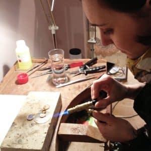 diseñadora de tocados haciendo tocados artesanales personalizados a medida en madrid