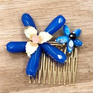 adorno peineta de pelo para invitada de boda azul eléctrico klein azulón