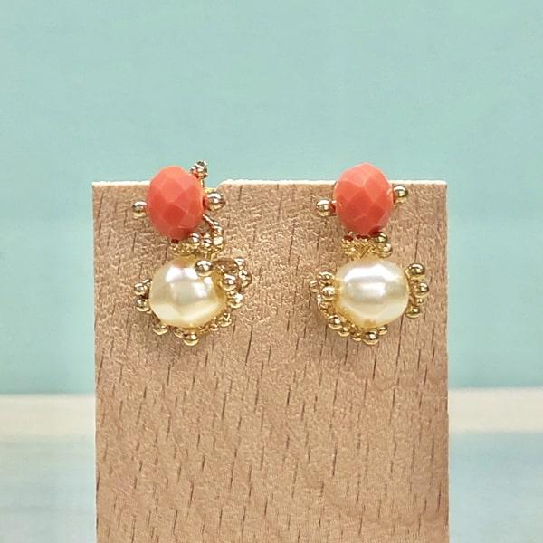 pendientes dorados de boda con perlas y piedras color naranja coral