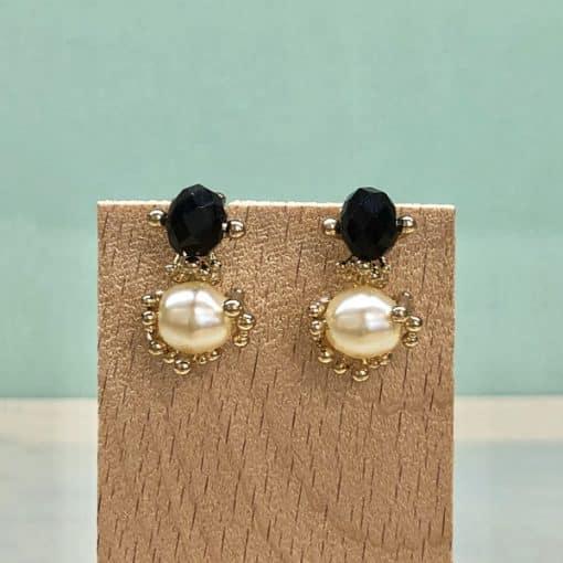 pendientes de boda con perlas y piedra negra par invitadas de moda