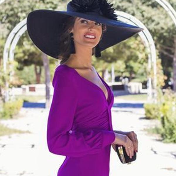 look invitada perfecta con vestido buganvilla y pendientes negros