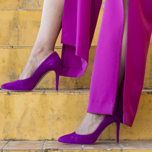look invitada perfecta con zapatos y pantalón en tonos buganvilla
