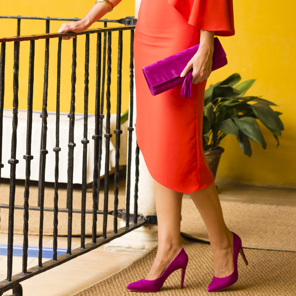 invitada de boda con vestido rojo y zapatos y pendientes buganvilla