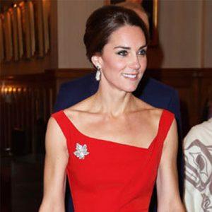 vestido rojo con pendientes para fiesta gala y boda