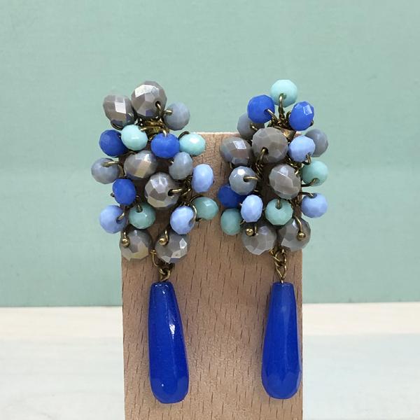pendientes originales en bisutería de diseño para invitadas de fiesta y boda en azul celeste aguamarina azulón pavo klein y dorado
