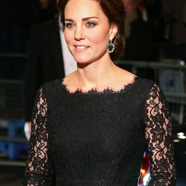 vestido negro con pendientes de invitada de boda negros