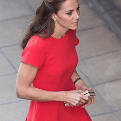 pendientes y vestido rojo con manga corta para fiesta y boda