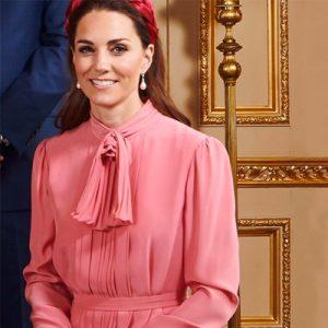 vestido rojo rosa coral con pendientes y diadema